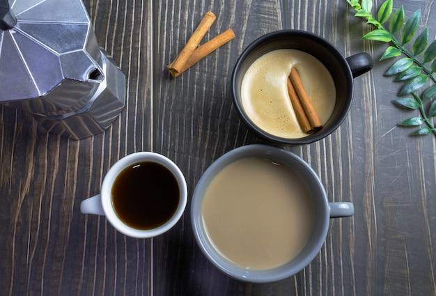 Kopjes op houten tafel koffie latte en cappuccino top view