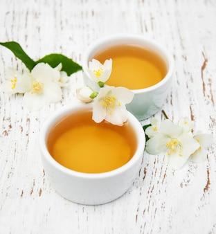 Kopjes thee met jasmijnbloemen