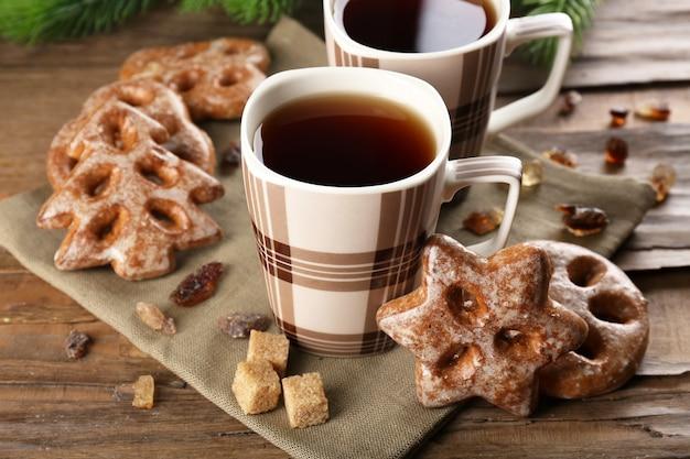 Kopjes thee met koekjes op tafel close-up