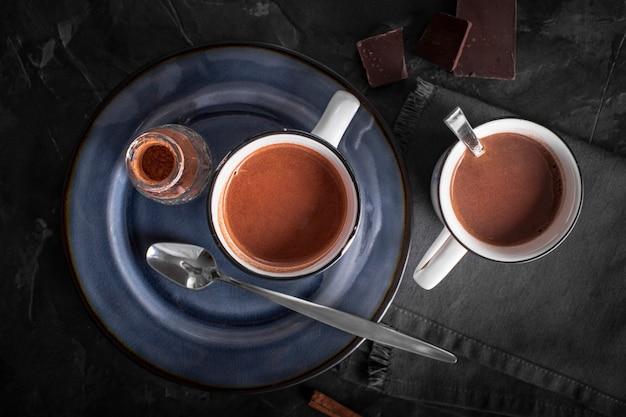 Kopjes warme chocolademelk