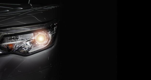 Koplamp lamp voor auto van nieuwe auto. kopieer ruimte zwarte achtergrond. Premium Foto