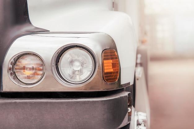 Koplamp van de vrachtwagen in close-up. vrachtwagenindustrie