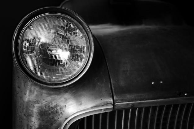 Koplamp van een historische auto, oude vintage auto.