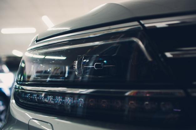 Koplamp vooraan, met glanzende reflecties auto zwarte carrosserie