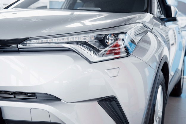 Koplamp vooraan met schitterende reflecties van de carrosserie van de auto