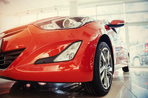 Koplampen en motorkap van sport rode auto