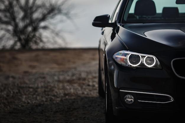 Koplampen van moderne prestigieuze zwarte auto