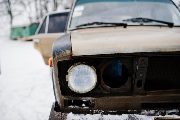 Koplampen van oude sovjet-auto op sneeuwweer.