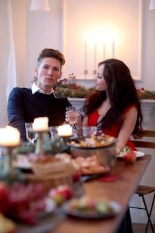 Koppel bij het kerstdiner