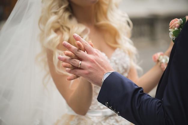 Koppel de bruid en bruidegom kijken elkaar aan en hand in hand