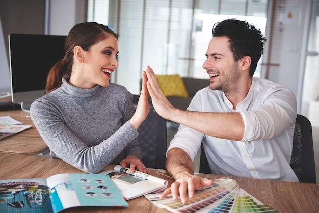 Koppel deelt een geweldige werkrelatie sharing