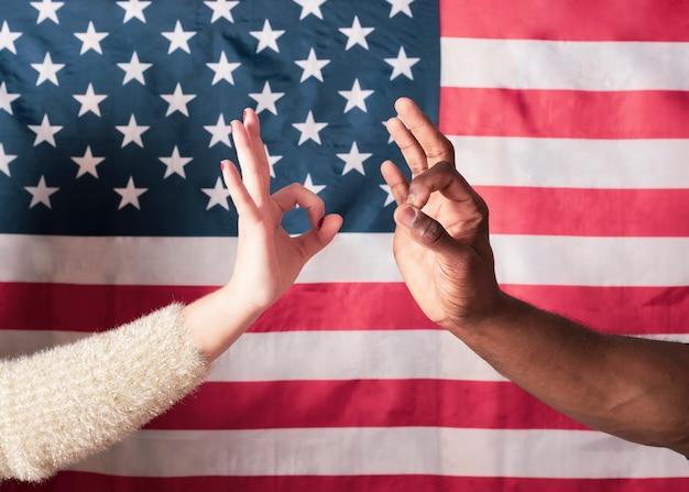 Koppel doet het goed met handen, interraciale blanke vrouw en zwarte man,