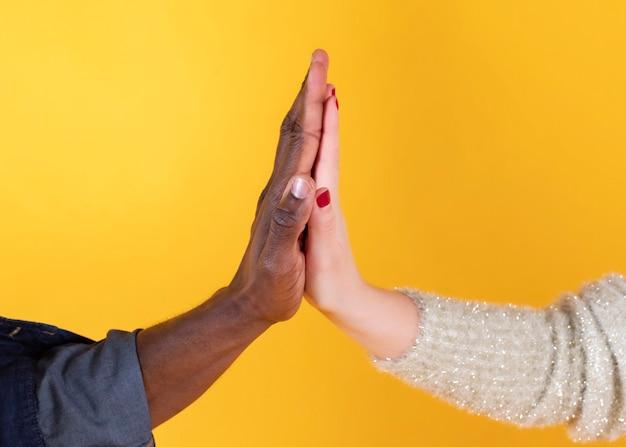 Koppel handen schudden, blanke vrouw tussen verschillende rassen en zwarte man,