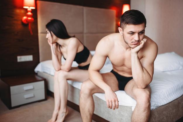 Koppel heeft problemen in bed, mislukte seks, geen seksueel verlangen, conflict.