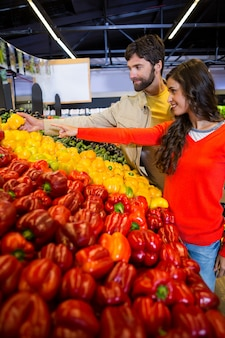 Koppel het kopen van groenten in biologische winkel