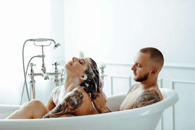 Koppel in een badkuip
