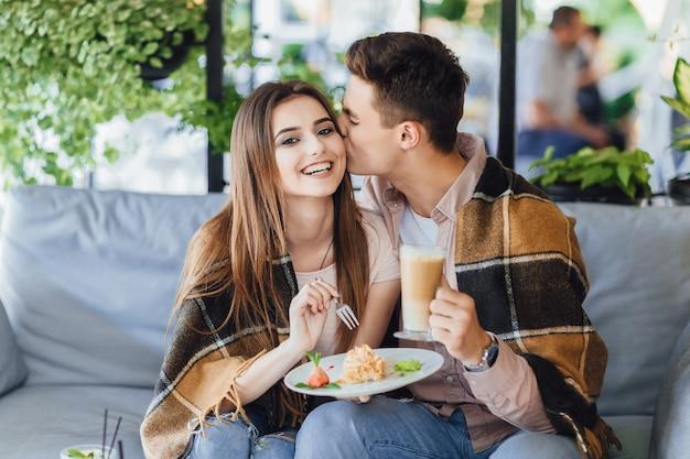 Koppel in een café