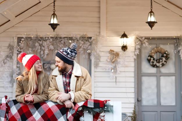 Koppel in het nieuwe jaar op de veranda buiten het huis