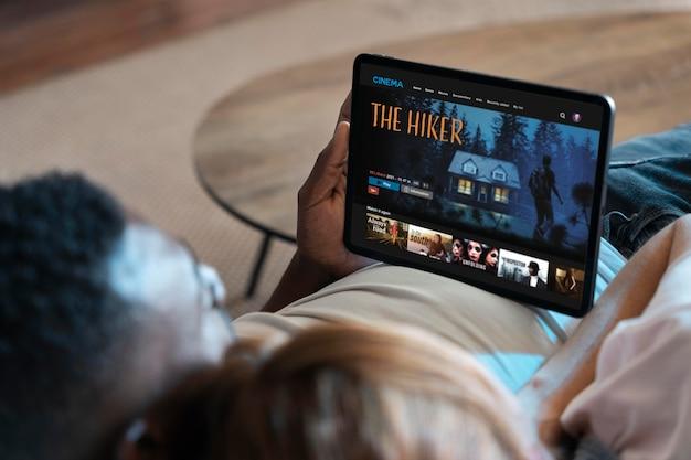 Koppel kijken naar netflix op een tablet