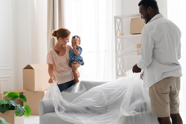 Koppel maakt zich klaar om te verhuizen met hun dochter