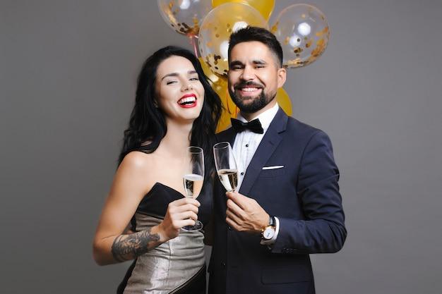 Koppel met champagne glimlachen