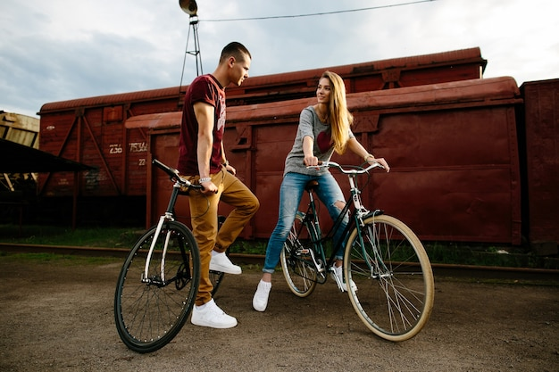 Koppel met fietsen. jong paar in liefde met stedelijke fietsen. fietsen buiten