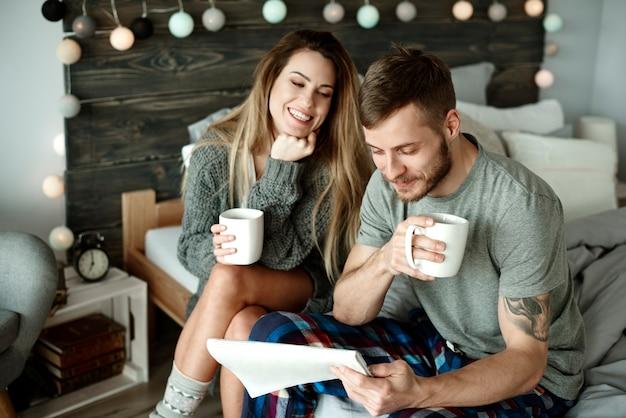 Koppel met koffie in de ochtend en krant