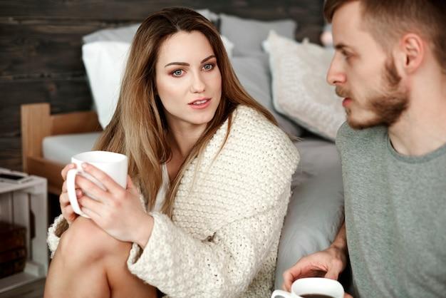 Koppel met koffie ruzie in slaapkamer