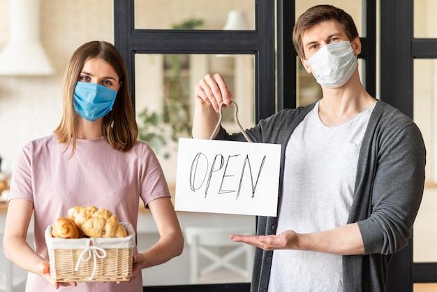Koppel met open teken en medische masker