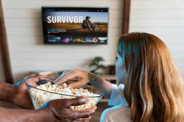 Koppel met wat popcorn tijdens het kijken naar een film