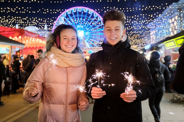 Koppel met wonderkaarsen vieren en plezier maken op de kerstmarkt
