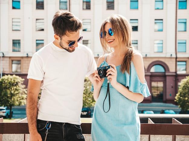 Koppel met zonnebril poseren in de straat