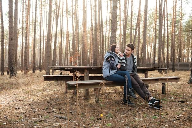 Koppel op bankje in het bos