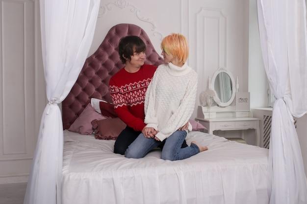 Koppel op bed knuffelen, zoenen en genieten van tijd samen doorbrengen tijdens het vieren van sint valentijnsdag