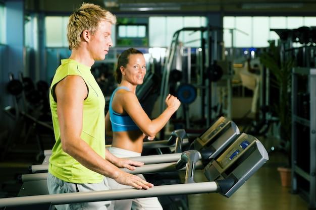 Koppel op de loopband in de sportschool