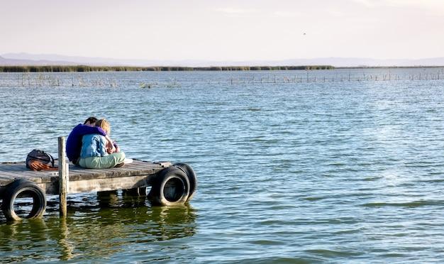 Koppel op de steiger van de albufera van valencia