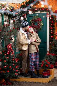 Koppel op de veranda van het huis op eerste kerstdag