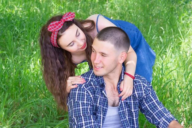 Koppel op een picknick. jongen en meisje