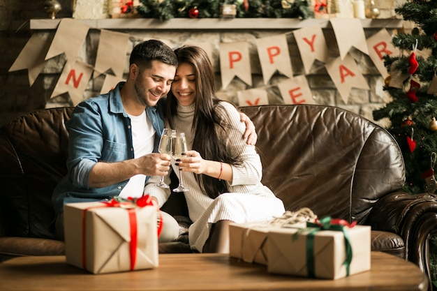 Koppel op kerstmis met champagne