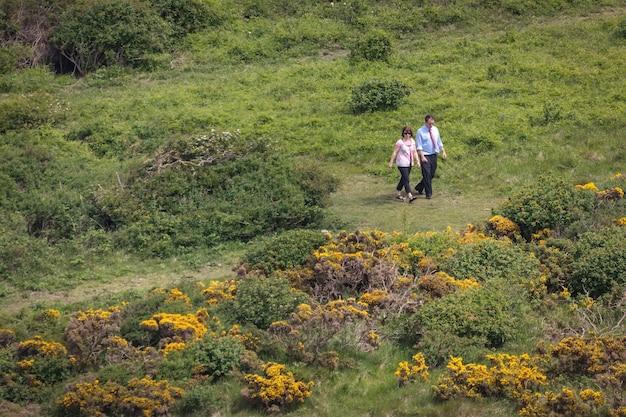 Koppel op pad voor een wandeling op de south downs
