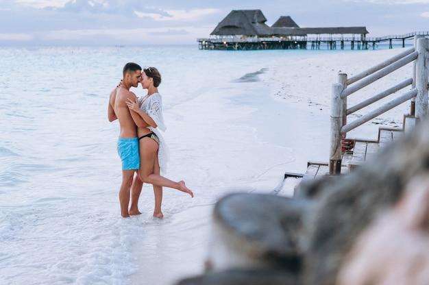 Koppel samen op vakantie aan zee