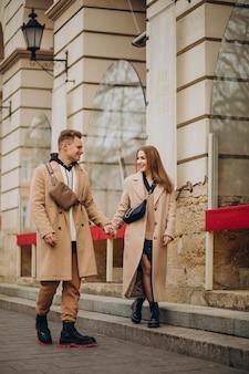 Koppel samen wandelen in de straat op valentijnsdag