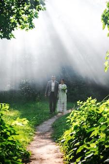 Koppel tegen een witte mist in het park. bruiloft fotoshoot