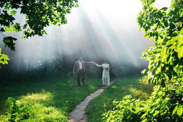 Koppel tegen een witte mist in het park