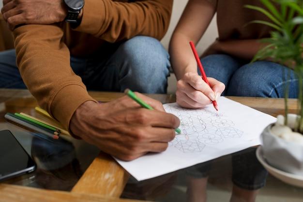 Koppel tekenen samen tijdens digitaal ontgiften