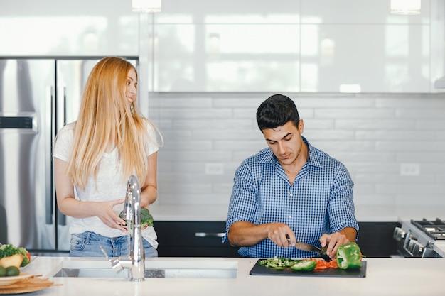 Koppel thuis in een keuken