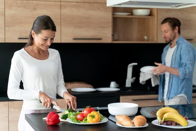 Koppel thuis samen koken