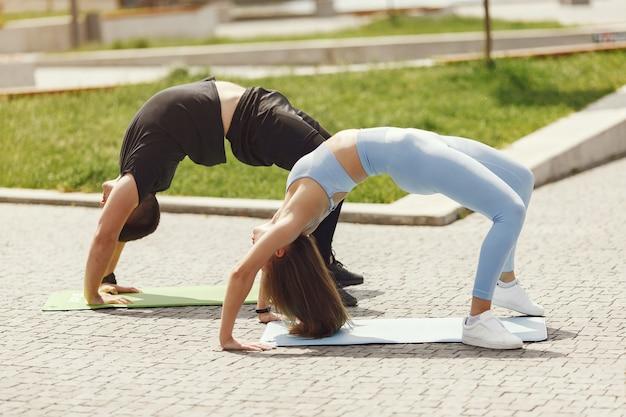 Koppel training. mensen in sportkleding. echtpaar in een zomerpark