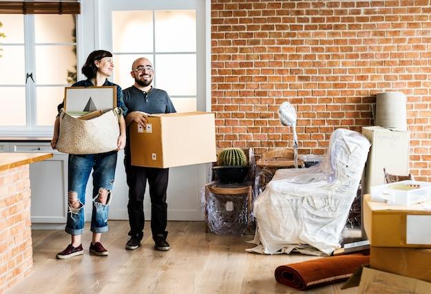 Koppel verhuist naar nieuw huis