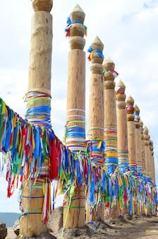 Koppelpalen met linten van sjamanistische religie op het eiland khuzhir olkhon